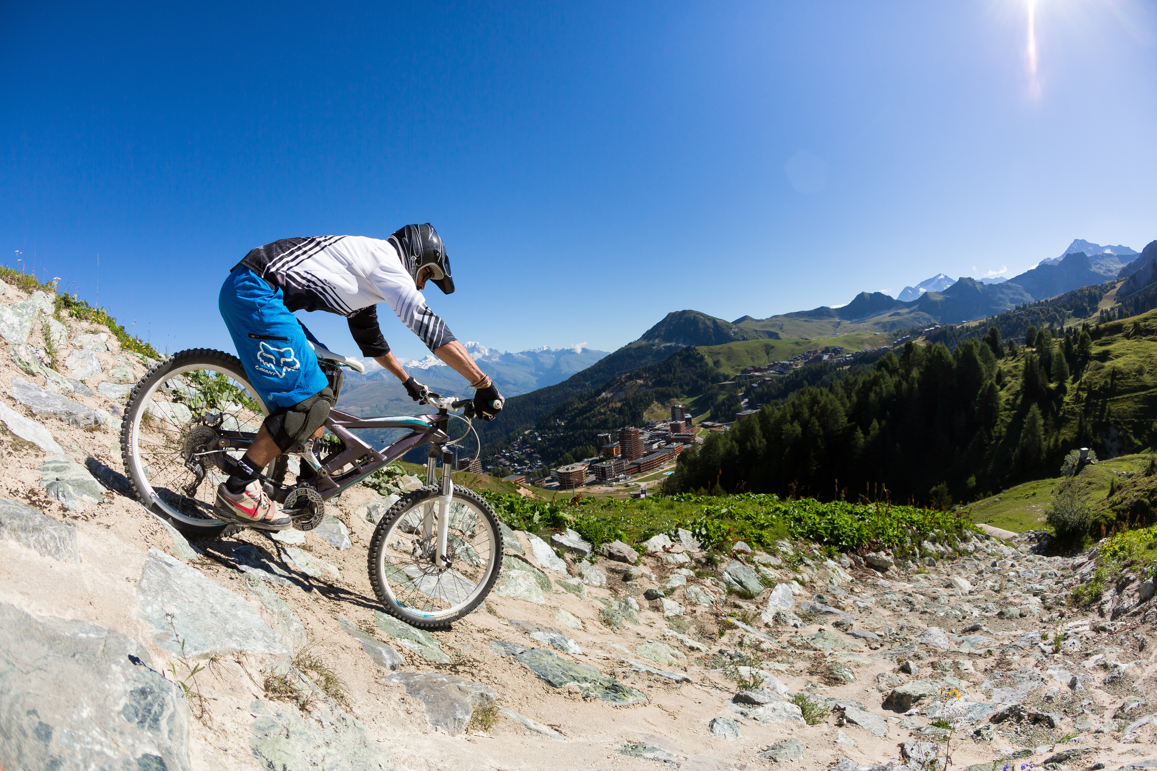 Descent in VTT. Bike Park Colorado. Hurlte down the mountain thanks to the Bike Park of la Plagne.